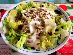 Eisbergsalat mit Zitronen-Joghurt-Dressing
